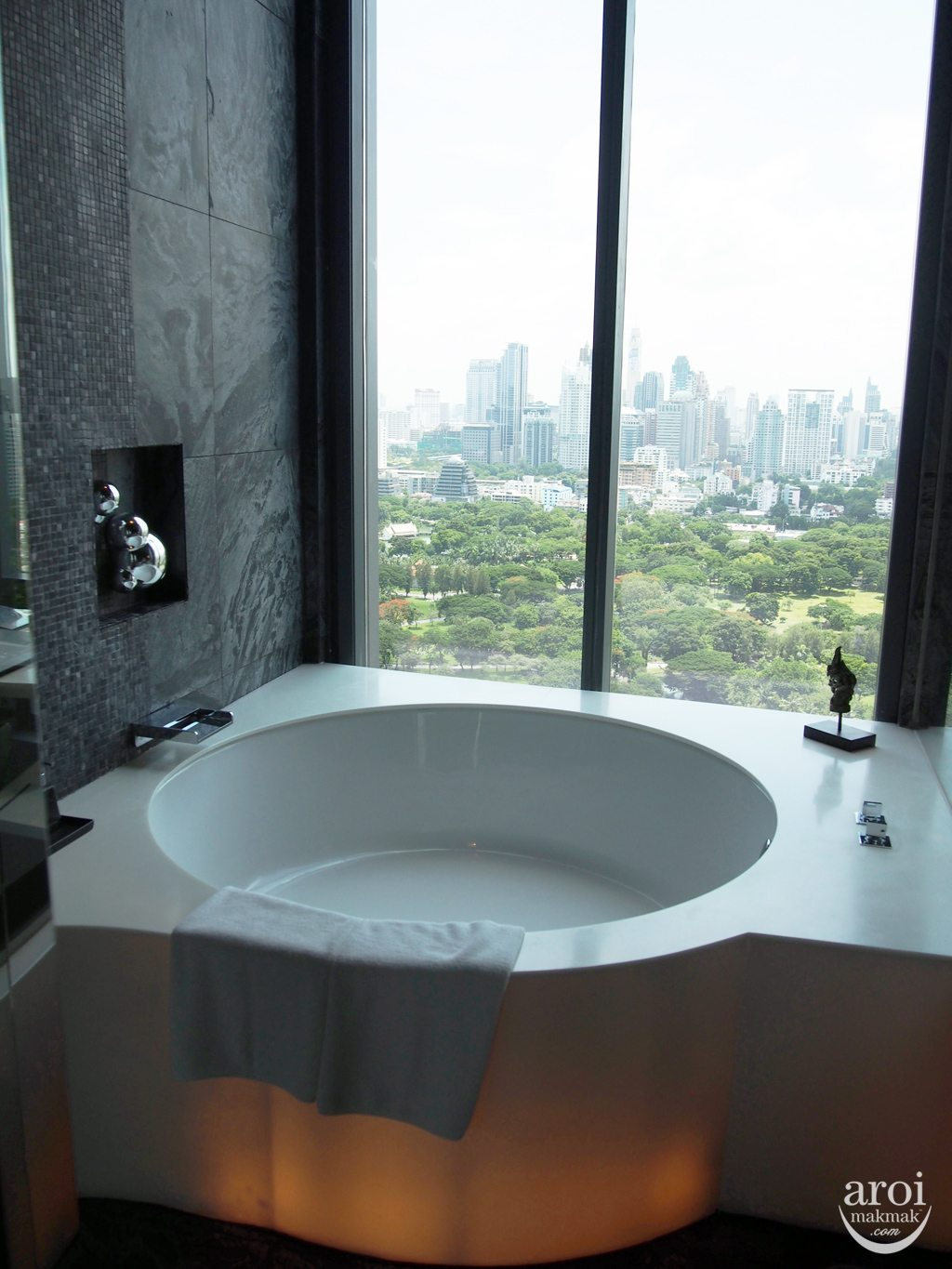 Sofitel So Bangkok - Water Bathroom