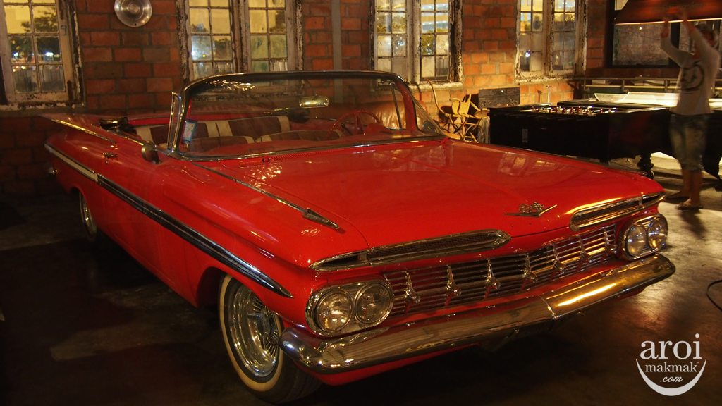 Talad Rot Fai Srinakarin - Classic Car