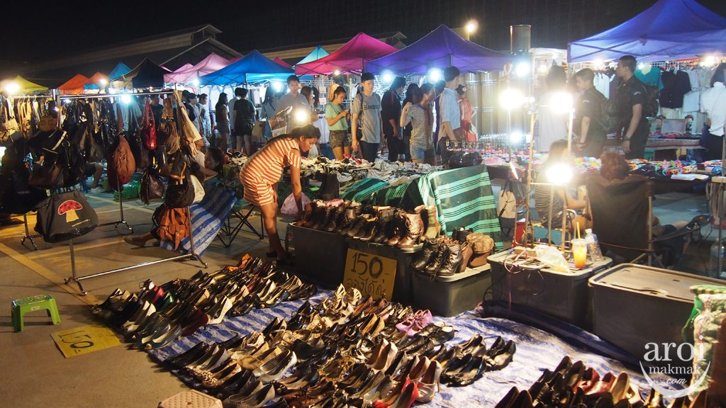 Talad Rot Fai Srinakarin - Stalls