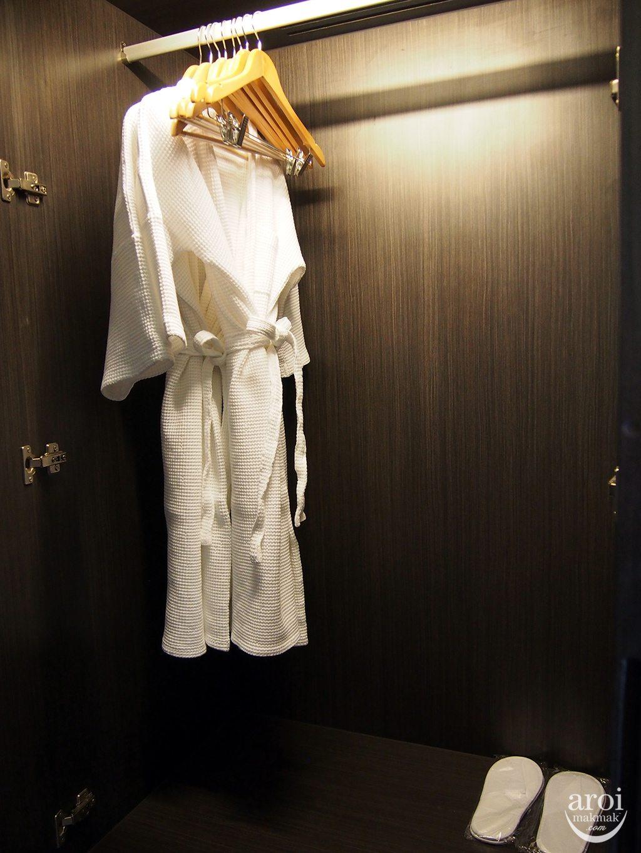holidayinnsukhumvit22-bathrobe
