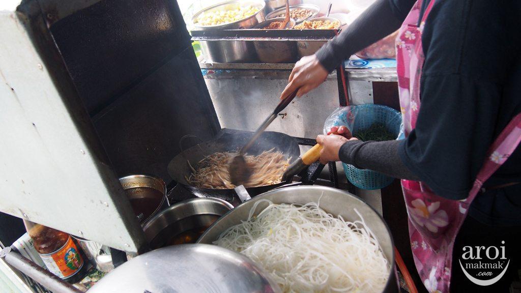 Pad Thai Sala Daeng - Cooking