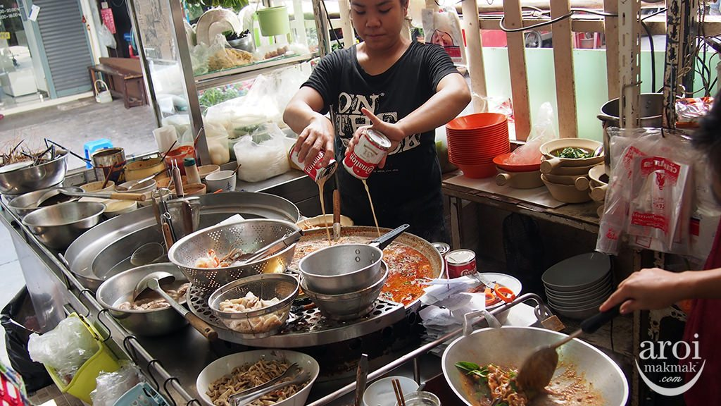 Pee Aor Tom Yum Goong Noodle - Cooking