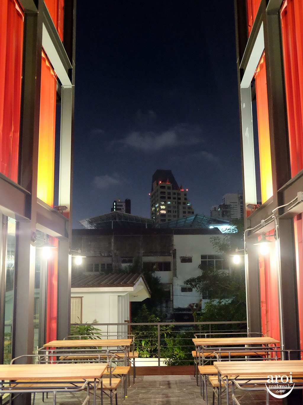 sleepboxsukhumvit22-commonroomoutdoor