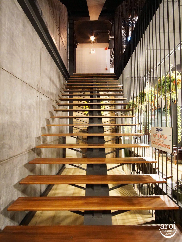 sleepboxsukhumvit22-stairs