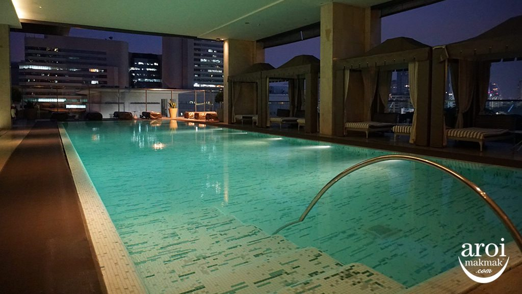 orientalresidencebangkok-swimmingpoolnight