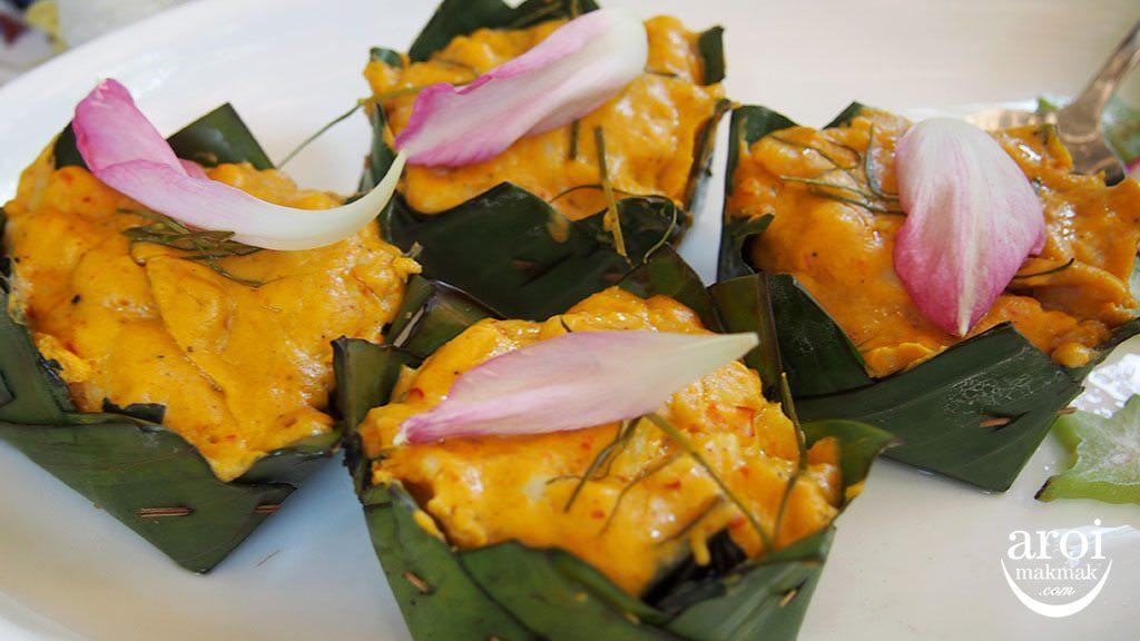 meena-ricebasedcuisine-steamedfishcurryinbananaleaf