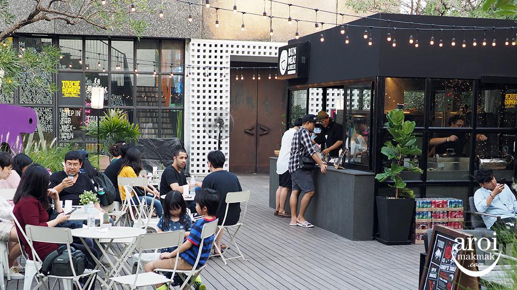 bunmeatcheesebangkok-outdoorarea