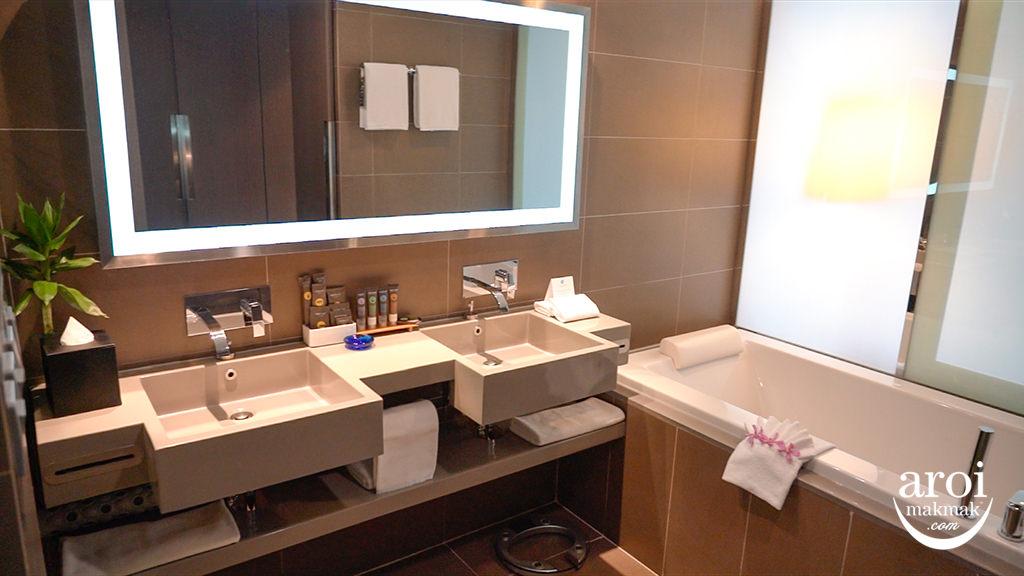 novotelploenchit-suitebathtub