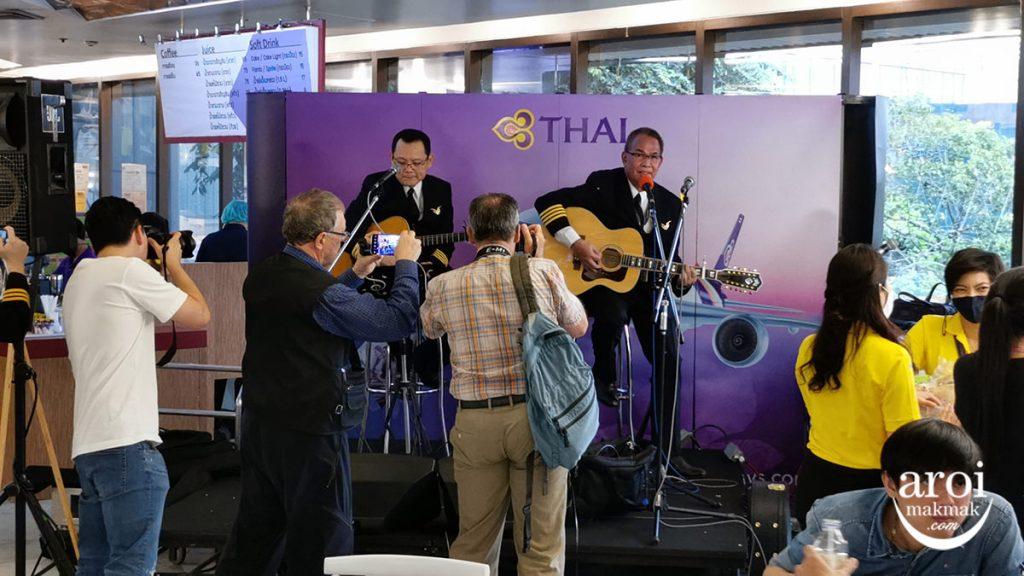 thaiairwaysroyaldiningexperience-pilotsinging